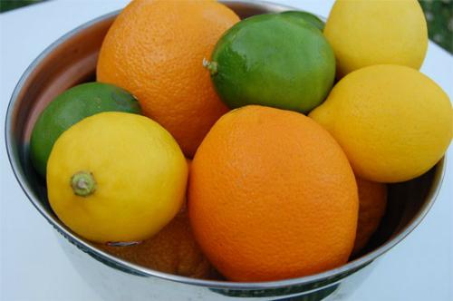 Vitamin C tăng cường sản xuất collagen và cải thiện sự xuất hiện nếp nhăn. Ảnh: happyolks