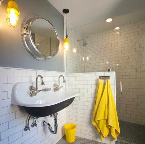 Khăn tắm màu vàng và hồng là một gợi ý tốt cho bạn. Ảnh: decoist.com