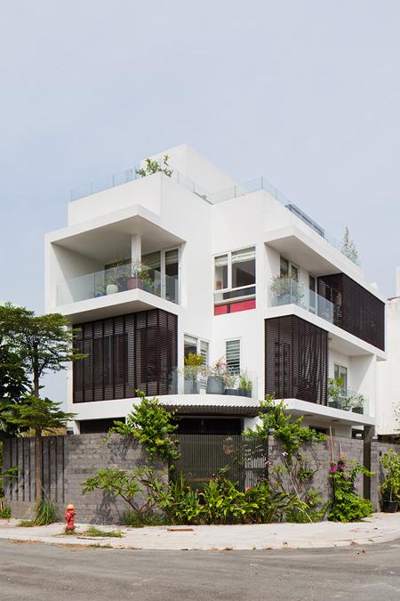 Ngôi nhà xanh mát tràn ngập ánh sáng ở Sài Gòn