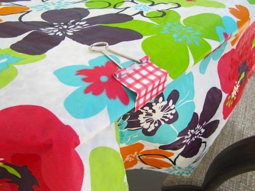 Một ngày đầy gió sẽ không thể phá hỏng buổi tiệc ngoài trời nếu khăn trải bàn đã được cố định khít khao ở từng mép chỉ bằng chiếc kẹp nhỏ này.