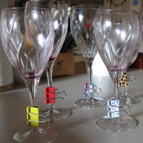 Kẹp giấy nhiều màu sắc đính dưới chân cốc là một cách giúp bữa tiệc bớt nhàm chán nhờ những chi tiết nhỏ mới lạ và vui nhộn.