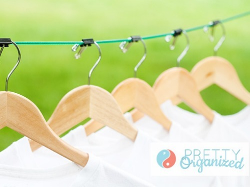 Dùng kẹp giấy để gắn đỉnh móc với dây treo, bạn có thể cố định khoảng cách ngay ngắn giữa từng móc phơi với nhau và tránh rơi rớt quần áo ở những nơi gió lùa.