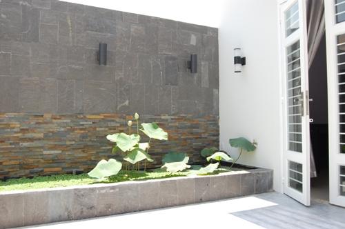 Sân thượng cần trang trí lại vách tường taọ cảm giác sạch sẻ thoả mái để thư giãn.