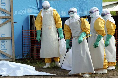 Các bác sĩ tại vùng tâm dịch Ebola. Ảnh: dailynewsen