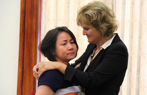 Annette và phút giây nghẹn ngào bên chị Nguyễn Thị Lan.