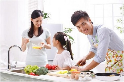 Bữa cơm gia đình ý nghĩa hơn khi có sự góp sức của các thành viên trong nhà.