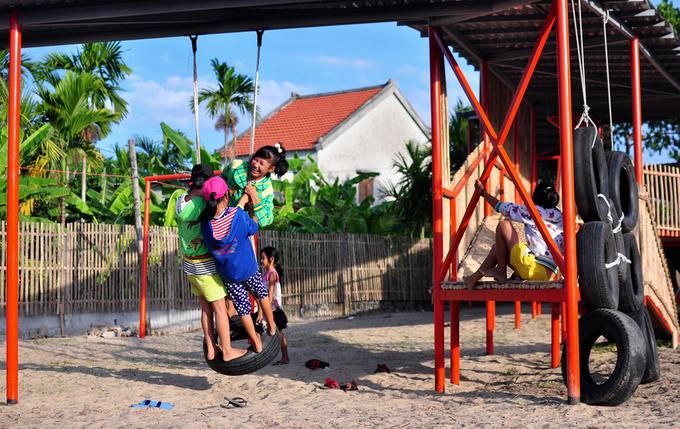 Sân chơi cho trẻ nhỏ làm từ tầm vông, lốp xe