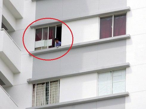 Cửa sổ căn hộ bé gái rơi là cửa kính lùa, trong khi nhiều căn hộ khác các cư dân đã làm thêm song sắt bảo vệ. Ảnh: An Nhơn