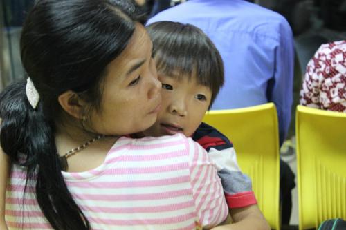 Ngày 24/8, Thông cùng hàng trăm trường hợp trẻ dị tật sứt môi, hàm ếch đến từ nhiều tỉnh thành khác nhau đã được khám sàng lọc tại Bệnh viện Đại học Y dược TP HCM