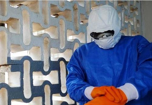 Một nhân viên y tế của bệnh viện John Fitzgerald Kennedy Monrovia chuẩn bị để điều trị bệnh nhân Ebola Ảnh:. AFP