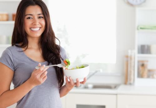 Phụ nữ trung niên cần chăm chút cho bữa sáng mỗi ngày. Ảnh: womenshealthmag.com