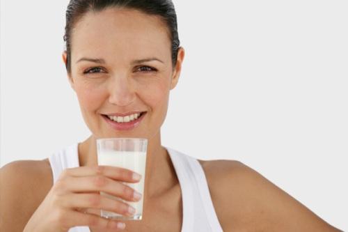Từ tuổi 40, phụ nữ tuổi nên bổ sung 1.000 mg canxi và 400-800 đơn vị vitamin D mỗi ngày. Ảnh: sheknows.com