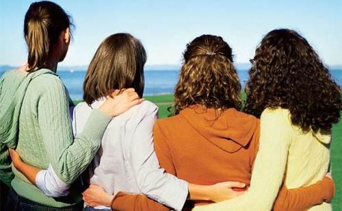 Thư giãn bên bạn bè là liều thuốc tốt để giải stress, hạ huyết áp, giảm nguy cơ bệnh tim mạch. Ảnh: auntiemwrites.com