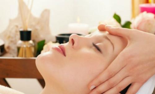 Xoa bóp làm tăng lưu lượng máu giúp giảm đau đầu. Ảnh: migralex