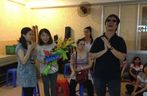 """Thầy Phong trong chương trình """"Ước mơ hồng Việt Nam - Nhật bản nối vòng tay bạn bè"""" tại Mái ấm Thiên Ân."""