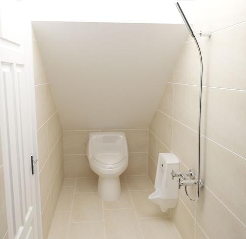 Nhà vệ sinh được bố trí dưới gầm cầu thang.