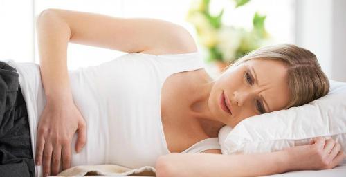 Chị em nên đi khám nếu có biểu hiện ra khí hư nhiều, rối loạn kinh nguyệt, rong kinh, xanh xao, mệt mỏi, đau bụng dưới, đau vùng thắt lưng...