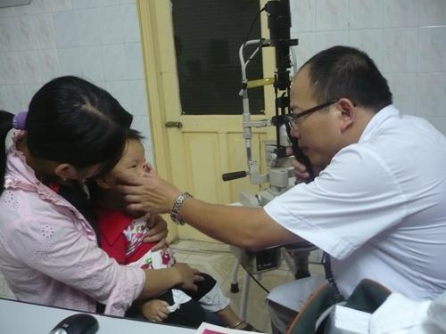 Xử trí và phòng ngừa chấn thương mắt ở trẻ