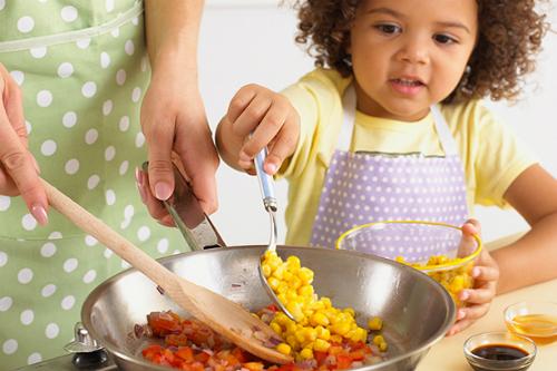 10 lỗi cha mẹ thường mắc khi cho con ăn uống