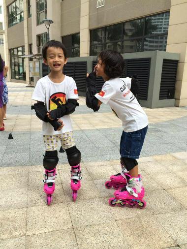 Trẻ em Sài Gòn tập trượt patin