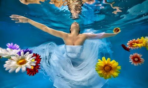 Cô dâu bồng bềnh trong nước chụp ảnh cưới