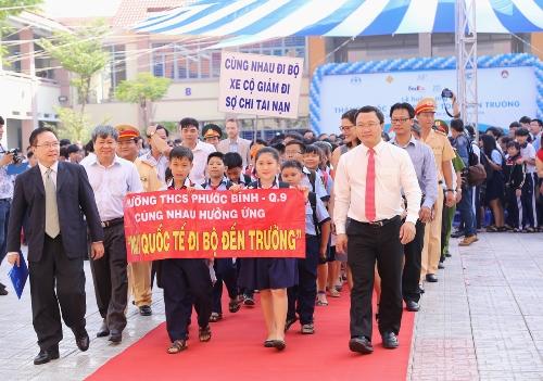 Các vị lãnhđạo và học sinh trường THCS Phước Bình, quận 9, TP HCM khai mạctháng Quốc tếđi bộ an toàn vào sáng nay 30/10.Anhr:FedEx