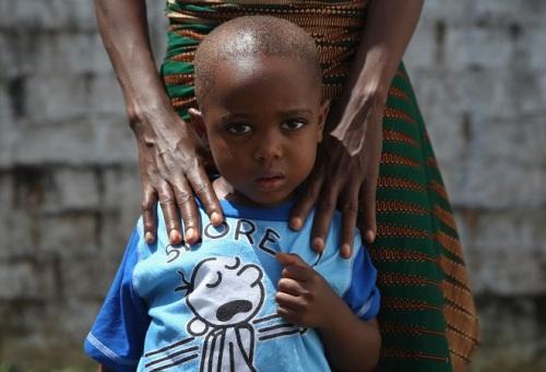 Chân dung một bệnh nhi Ebola đã hồi phục tại Liberia. Theo nghiên cứu mới này, nhóm người nhiễm Ebola dưới 21 tuổi có khả năng sống sót cao hơn. Ảnh: Huffingtonpost