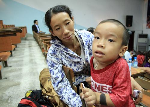 Những đứa trẻ lạc loài vì bệnh lạ