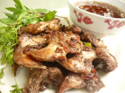 Thịt chuột ăn ngon hơn với rau thơm và nước mắm tỏi ớt.