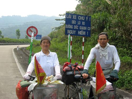 Vợ chồng già đạp xe vòng quanh Việt Nam