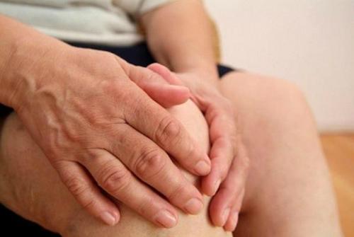 Bệnh khớp gây ra nhiều trở ngại trong vận động và sinh hoạt của người già.