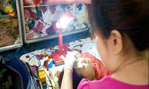 Mối nguy từ dịch vụ xăm môi, mắt dạo tận nhà