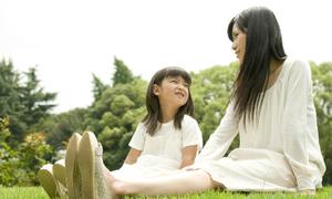 Cách nói chuyện với con gái về kỳ kinh đầu tiên