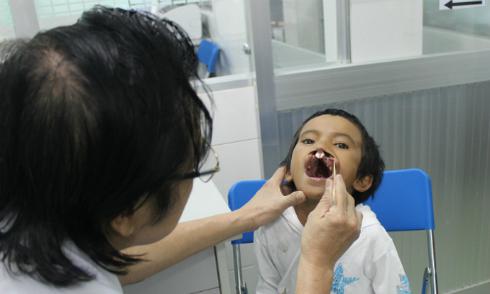 Tuổi thơ mặc cảm của cậu bé 'Đằng sau nụ cười'