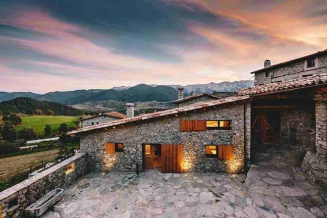 Ngôi nhà hiện đại với chất liệu gỗ và đá
