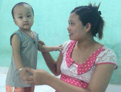 Bệnh suy giảm miễn dịch khiến cậu bé 2 tuổi chưa thể biết đi, thường xuyên sốt ho, tiêu chảy... nhưng bé vẫn rất lanh lẹ, hoạt bát.