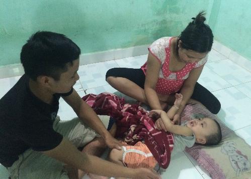 Sự sống mong manh của bé trai 2 tuổi đang trông chờ vào máu cuống rốn của đứa em sắp chào đời. Ảnh: Lê Phương.