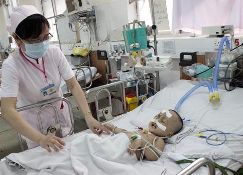 Cậu bé 2 tuổi duy trì sự sống chủ yếu nhờ kháng sinh, kim tiêm, dịch truyền. Ảnh: Lê Phương.