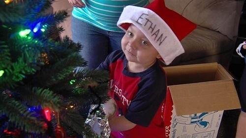 Ethan bên cây thông Noel.Cả gia đình và tất cả mọi người trong thị trấn sẽ giúp Ethan có những khoảnh khắc đặc biệt nhất trong những ngày cuối đời. Giáng sinh là ngày lễ mà Ethan thích nhất.