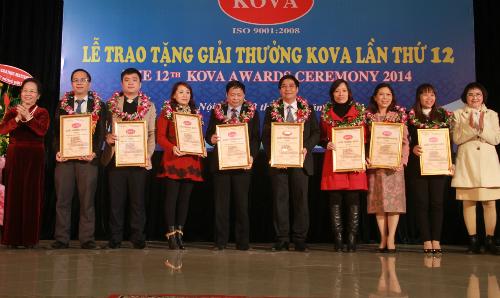 Phó chủ tịch nước Nguyễn Thị Doan trao tặng các giải thưởng nghiên cứu khoa học, công nghệ ứng dụng. Ảnh: N.H