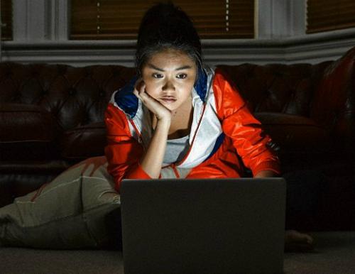 Khoảng 6% người dân trên toàn thế giới, tương đương khoảng 182 triệu người đang bị ảnh hưởng bởi bệnh nghiện internet. Ảnh: newsrt.