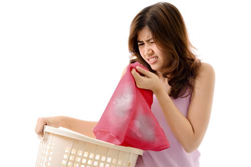 Nếu lỡ tay làm vấy nước tẩy thông thường lên quần áo màu thì rất phiền phức. Ảnh minh họa: Shutterstock