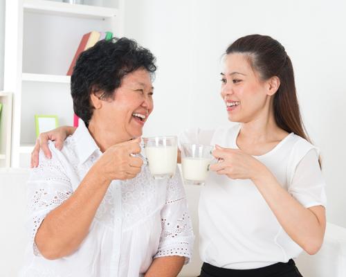 Ước mong của chị Ngọc là tự taypha cho mẹ ly sữaấm nóng vào sáng sớm và tối muộn, trước khimắc màn cho mẹ ngủ. Ảnh minh họa: Shutterstock.