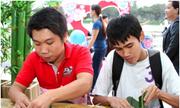 Giới trẻ Sài Gòn háo hức gói bánh chưng