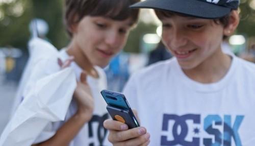 Hình ảnh các em nhỏ dán mắt vào các thiết bị điện tử không còn hiếm gặp trong xã hội hiện đại ngày nay. Ảnh: aargauerzeitung.ch