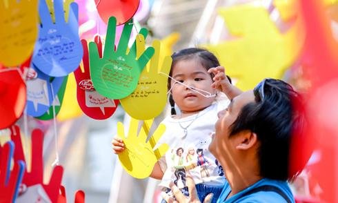 12.000 điều ước trẻ thơ trên 'Cây bàn tay yêu thương'