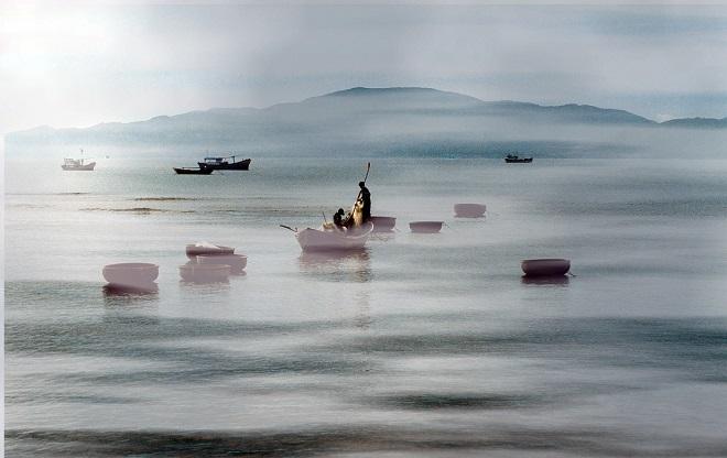 Cảnh chài cá ở vùng biển Nha Trang vào sáng sớm.
