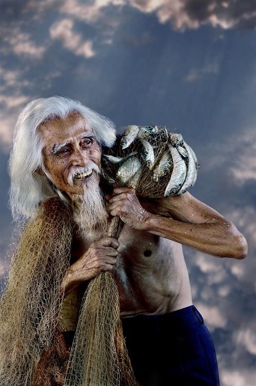 Gương mặt lão ngư phủ khắc khổ mà lạc quan trong lao động. Ảnh chụp tại Phan Thiết.