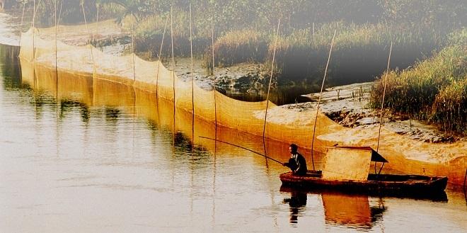 Bức ảnh này được chụp cách đây 7 năm khi khu đô thị Phú Mỹ Hưng, quận 7, TP HCM, vẫn còn là một vùng hoang vu. Trong ảnh: Người đàn ông đang câu cá mưu sinh.