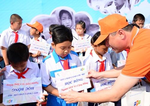 Đại diện Tập đoàn FPT trao học bổng cho trẻ em nghèo hiếu học tại TP HCM.